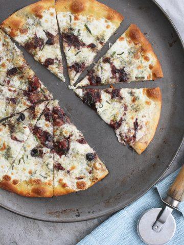 Gorgonzola Pizza with Jam on a pizza tray