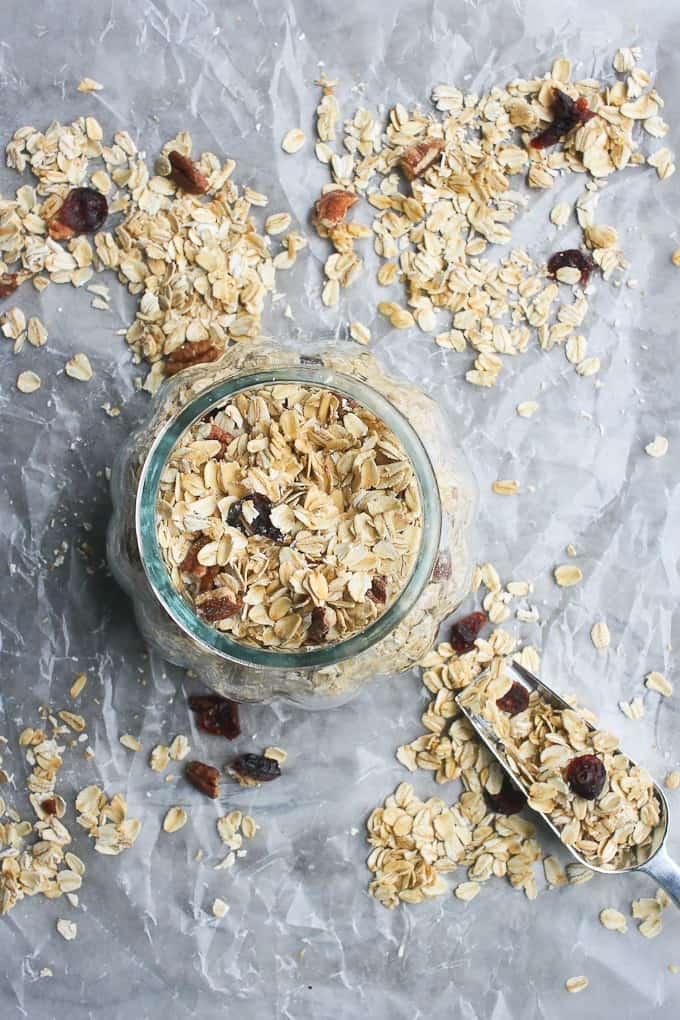 Muesli recipe: muesli in a glass jar and scattered on the counter