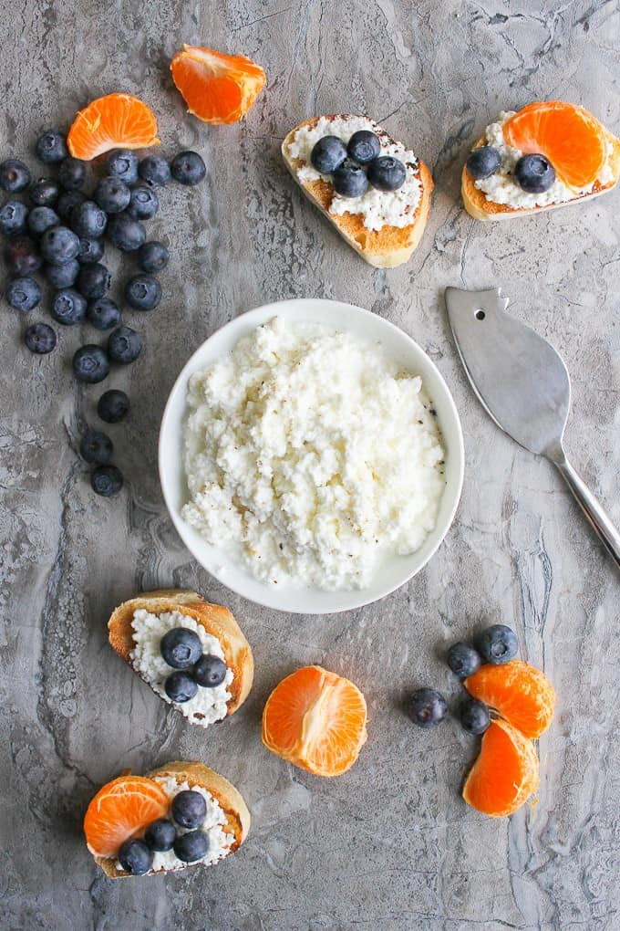 how to make ricotta cheese - Homemade ricotta / cottage cheese in a bowl with crostini and fruit