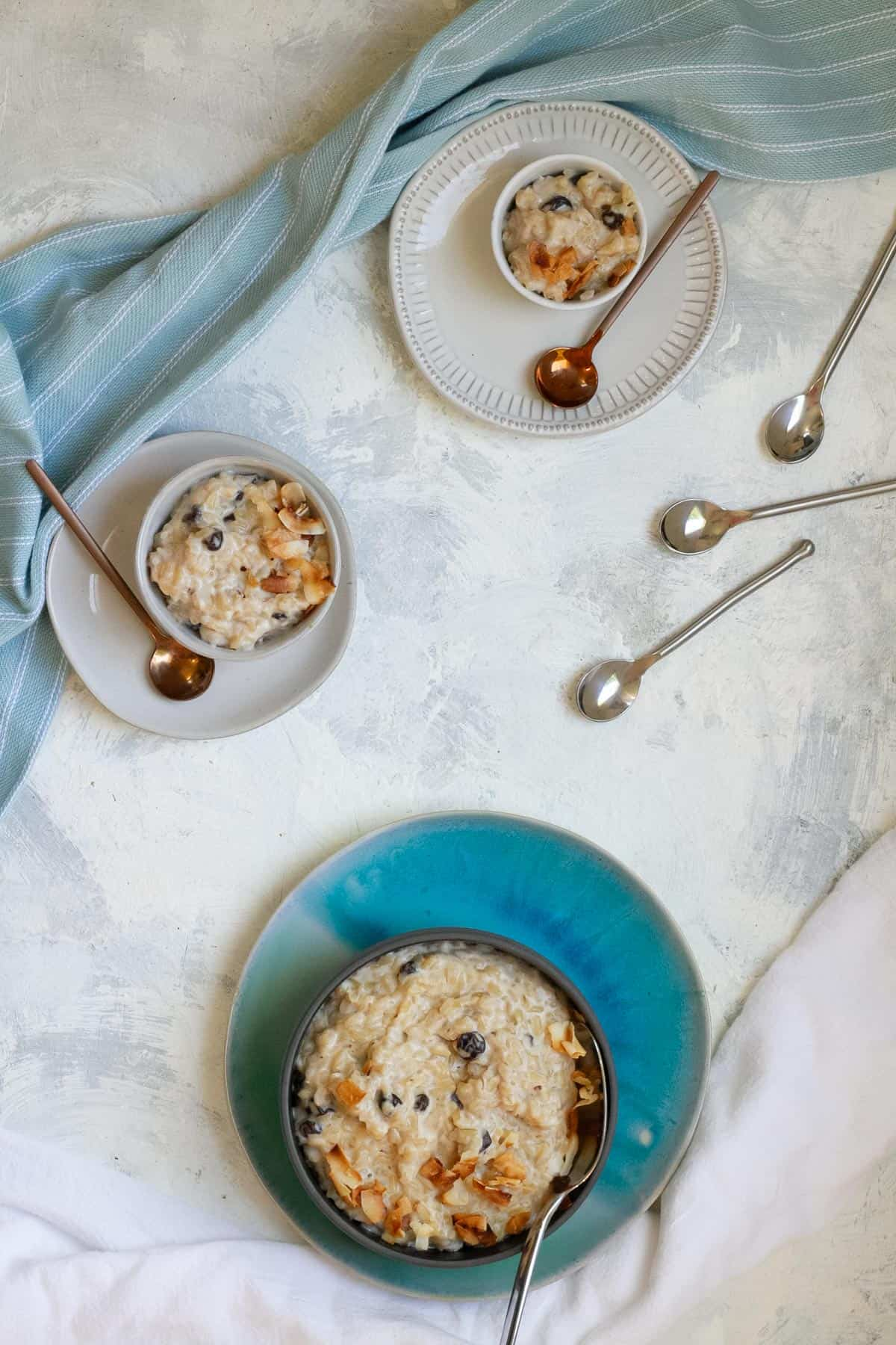 Brown rice pudding in serving dishes
